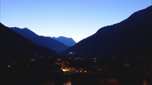 vier 時間経過夜日のオーストリアの小さな村に - austria点の映像素材/bロール