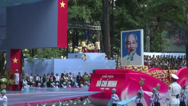 vietnam conmemoro este jueves el 40 aniversario de la caida de saigon el ultimo episodio de la guerra con un desfile recordando la entrada de los... - entrada stock videos and b-roll footage