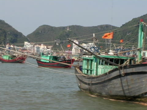 vídeos y material grabado en eventos de stock de side pov, vietnam, halong bay, passing boats in harbor - anclado
