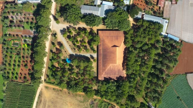 vídeos de stock e filmes b-roll de vietnam, lam dong - ka don church in the central highlands province of lam dong has won second prize at the 6th international prize for sacred architecture for christian religious buildings worldwide - 4k high quality, aerial view. - vietname do sul