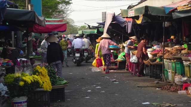 vietnam street market with flowers and vegetables at hue - traditionelle kleidung stock-videos und b-roll-filmmaterial