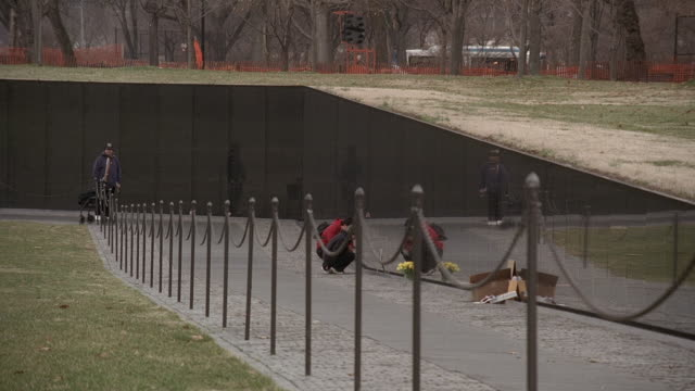 pan vietnam veterans memorial, the wall / washington, d.c., united states - vietnam veterans memorial video stock e b–roll