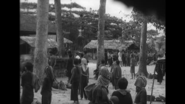 vidéos et rushes de vietnamese children watch an imperial japanese army mechanized unit move on a secondary road japanese soldiers engage in maneuvers with field... - manoeuvre militaire
