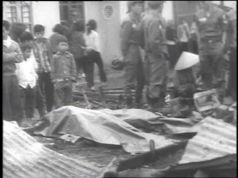 vietnamese civilians mourning the dead - ベトコン点の映像素材/bロール