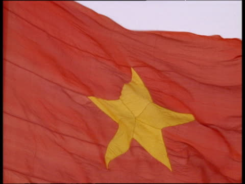 stockvideo's en b-roll-footage met vietnamese flag (red with yellow star in middle); hanoi - communisme