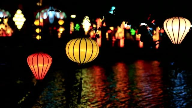 vidéos et rushes de vietnamien lampes allumées dans le marché de nuit, de hoi an et du vietnam - lampe électrique