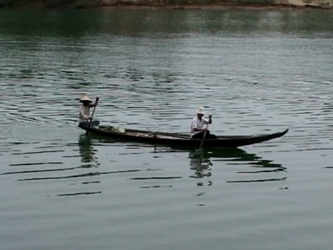 vietnamese man and woman in sampan - sampan stock videos & royalty-free footage