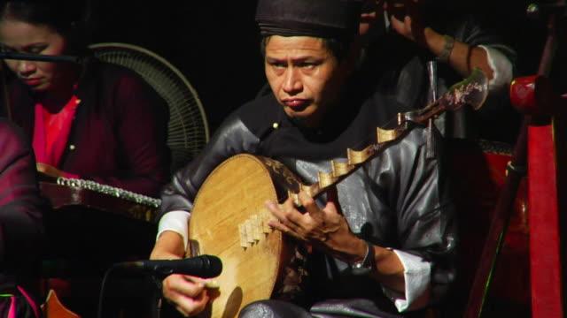 ms vietnamese musician, hanoi, vietnam - 中年の男性だけ点の映像素材/bロール