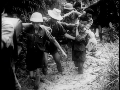 vietnamese packing belongings and moving out to the jungle / lines of people moving up into the mountains carrying supplies - strohhut stock-videos und b-roll-filmmaterial