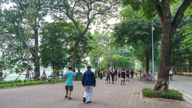vietnamese people workout around lake in hanoi, time lapse video - minoranza video stock e b–roll