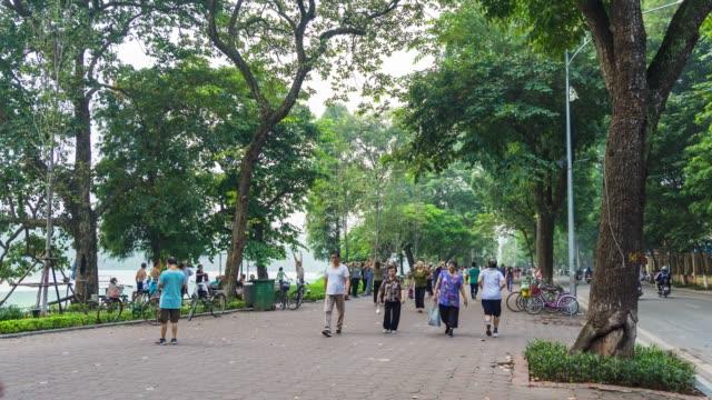 vidéos et rushes de vietnamien gens d'entraînement autour du lac à hanoi, time lapse vidéo - voie piétonne