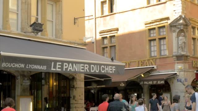 vídeos y material grabado en eventos de stock de vieux lyon,street scene,shops,pan - letrero de tienda