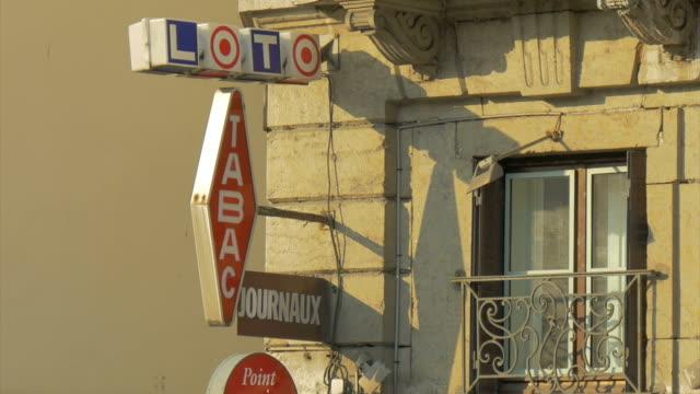 vídeos y material grabado en eventos de stock de vieux lyon,street scene,shops,zo - letrero de tienda