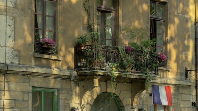 vídeos y material grabado en eventos de stock de vieux lyon,windows detail,building frontage,cu, - bandera