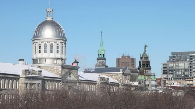 晴れた冬の日にボンセクール市場とヴューモントリオールと東側冬のスカイライン - モントリオール旧市街点の映像素材/bロール