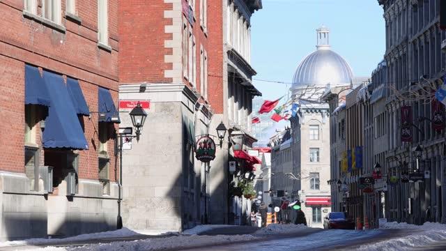 ヴィークモントリオールサニー冬昼間のストリートシーン中にcovid 19ロックダウン - モントリオール旧市街点の映像素材/bロール