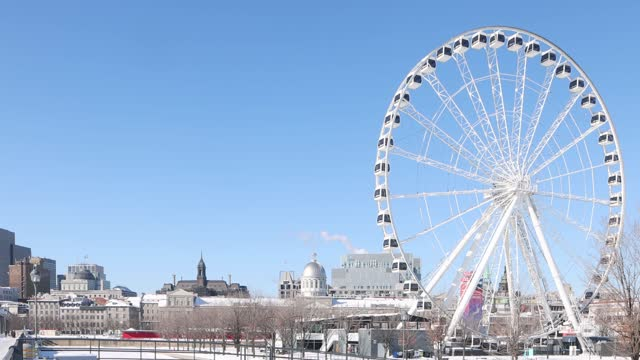 晴れた冬の日に観覧車でヴューモントリオール冬のスカイライン - モントリオール旧市街点の映像素材/bロール
