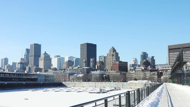 晴れた冬の日にヴューポート・ド・モントリオールとダウンタウンの冬のスカイライン - モントリオール旧市街点の映像素材/bロール