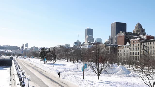 冬の晴れた日にプロムナード桟橋を備えたヴューポート・ド・モントリオールとダウンタウンの冬のスカイライン - モントリオール旧市街点の映像素材/bロール