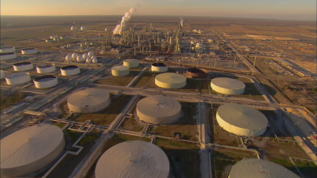 vidéos et rushes de aerial ws view above marathon oil company refinery / garyville, louisiana, usa - industrie du pétrole