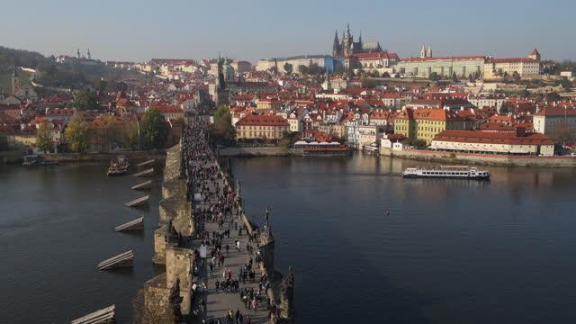 vídeos de stock e filmes b-roll de view across charles bridge with tourists, prague, czechia - ponte carlos