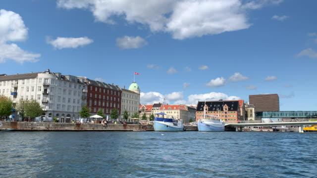 vídeos de stock e filmes b-roll de a view across copenhagen harbour - região de oresund