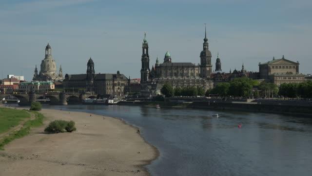 vídeos de stock, filmes e b-roll de view across elbe river towards bruehl's terrace with frauenkirche, dresden, germany - rio elbe