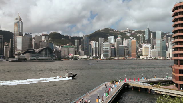 view across hong kong harbour from tsim sha tsui towards  wan chai, hong kong island, walkway (avenue of stars) in foreground. - central plaza hong kong stock videos & royalty-free footage