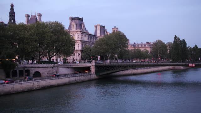 vídeos de stock, filmes e b-roll de t/l view across pont d'arcole of hotel de ville / paris, france - aix en provence