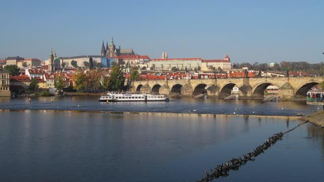 vídeos de stock e filmes b-roll de view across the river vltava with charles bridge, prague, czechia - ponte carlos