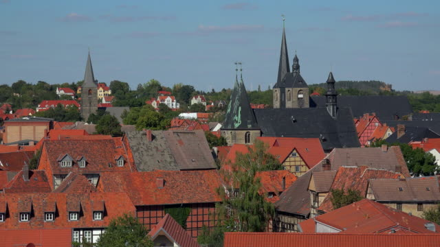 view across the rooftops of the old town with church of st. blaise and parish church of st. benedict, quedlinburg, saxony-anhalt, germany - 尖り屋根点の映像素材/bロール
