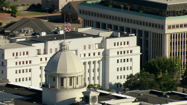 stockvideo's en b-roll-footage met ws aerial view zi of alabama state capitol building and flag state blowing at top of building / montgomery, alabama, united states - alabama