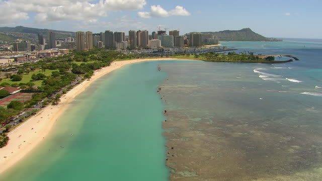 vidéos et rushes de ws aerial view along coastline of waikiki on island of oahu / honolulu, hawaii, united states - îles hawaï
