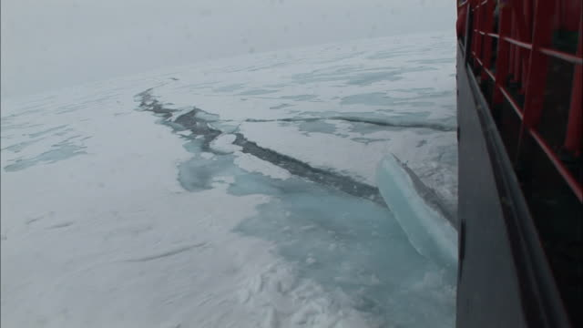 vidéos et rushes de ws view alongside ice-breaker as it breaks through ice/ north pole - arctique