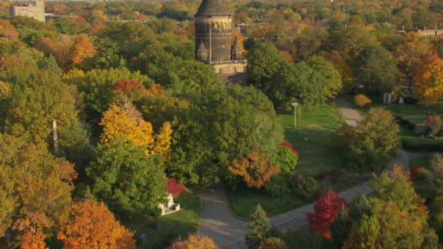 ws tu td aerial view approach over james garfield monument at lakeview cemetery / cleveland, ohio, united states - cleveland ohio stock videos & royalty-free footage