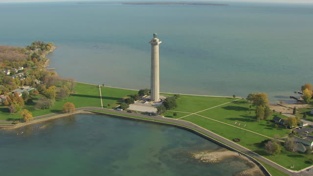 ws td aerial view approaching over perry's monument at lake erie / ohio, united states - lago erie video stock e b–roll