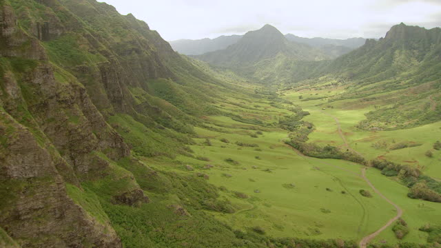 ws aerial view approaching through kaaawa valley on island of oahu / hawaii, united states - oahu bildbanksvideor och videomaterial från bakom kulisserna