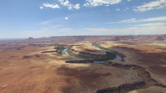 ws aerial view approaching to green river loop in canyon lands national park / utah, united states - river green stock videos & royalty-free footage