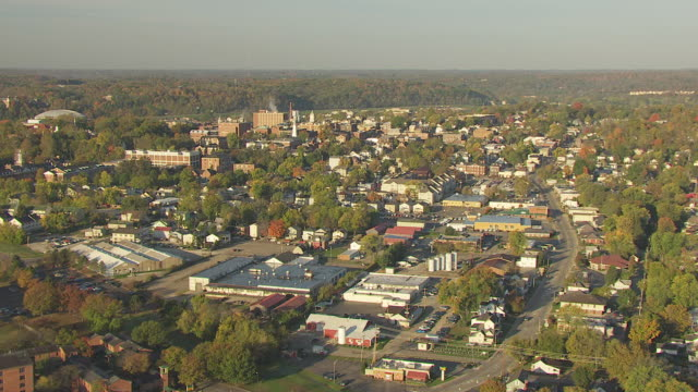 stockvideo's en b-roll-footage met ws aerial view approaching towards buildings and downtown ohio university campus / athens, ohio, united states - ohio