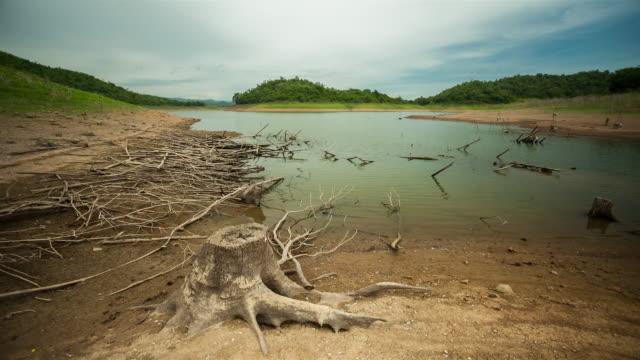 vídeos de stock, filmes e b-roll de ver os belo lago, tailândia - áspero