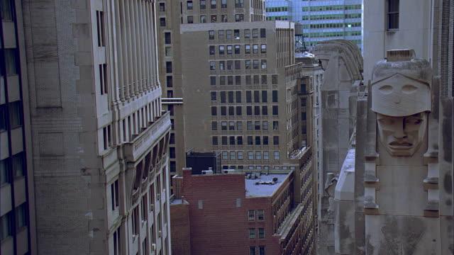 ms view between buildings near statue on city bank-farmers trust company building at 20 exchange place / manhattan, new york, new york, usa - manlig form bildbanksvideor och videomaterial från bakom kulisserna