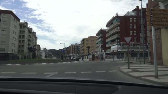 vídeos de stock e filmes b-roll de view by car of the tourist village calella without vehicles circulating on easter sunday during the coronavirus pandemic on april 12, 2020 in... - plano picado
