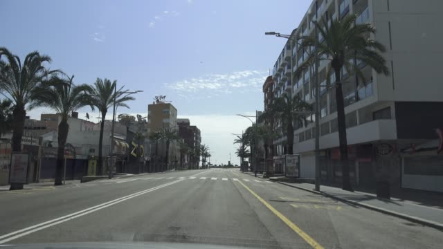 vídeos y material grabado en eventos de stock de view by car of the tourist village lloret de mar without vehicles circulating on easter sunday during the coronavirus pandemic on april 12, 2020 in... - enfermedad contagiosa
