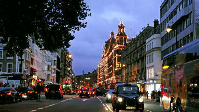 view down brompton road towards harrods, london, uk - kensington und chelsea stock-videos und b-roll-filmmaterial