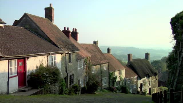 ws view down gold hill / shaftesbury, england - thatched roof stock videos & royalty-free footage