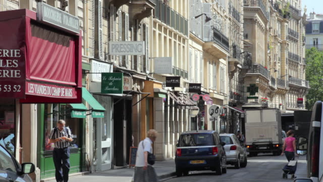 vidéos et rushes de ms view down rue saint-dominique at morning, paris, france - piétons