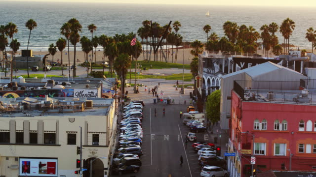 stockvideo's en b-roll-footage met view down windward ave to the beach - venice, ca - drone shot - venice california