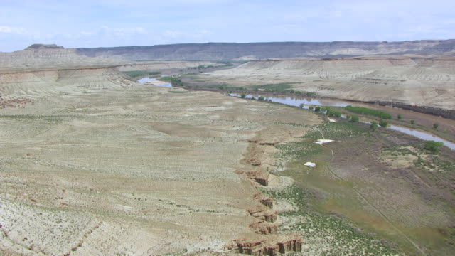 ws aerial view flying over plateau to green river at colorado plateau / utah, united states - river green stock videos & royalty-free footage