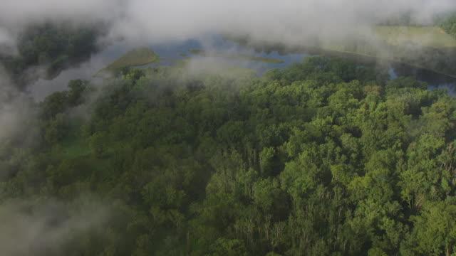 vídeos y material grabado en eventos de stock de cu aerial view flying through fog over delaware water gap in appalachian mountains / new jersey, united states - delaware water gap