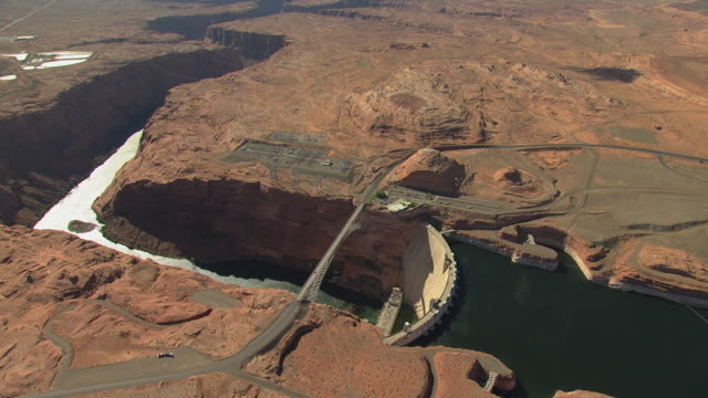 ws aerial zi view flyover glen canyon dam / arizona, united states - glen canyon staudamm stock-videos und b-roll-filmmaterial